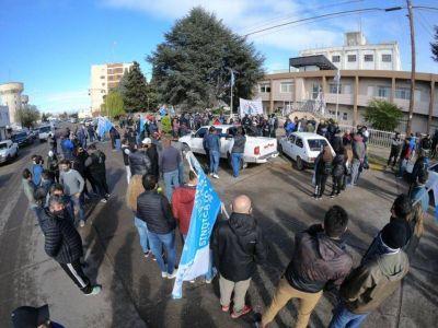 Trabajadores de Luz y Fuerza reclamaron frente a la Cooperativa Eléctrica de Rawson