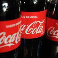 Coca Cola se reordena pero no deja el país