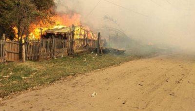 Evacuaciones por el fuego en un polo forestal y alarma en un parque de Corrientes
