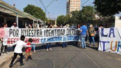 Desalojan las oficinas de la Manzana de Turismo: empleados realizan abrazo simbólico