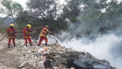 Intenso trabajo de Bomberos en un incendio en un basural en villa 20 de Junio