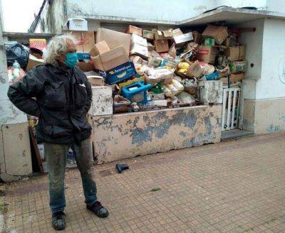 La basura cubría todo: limpian la casa de un acumulador en 70 y 22