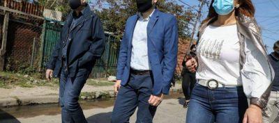 Ferraresi recorrió Villa Inflamable con el secretario de Obras Públicas de la Nación