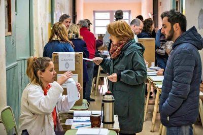 Encuesta: cae la imagen del Gobierno, pero el oficialismo sigue arriba en los pronósticos electorales para 2021