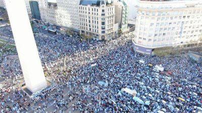 Hubo fuertes movilizaciones contra el Gobierno en el centro porteño y distintas ciudades del paísLos manifestantes llevaron banderas argentinas y carteles en contra de la reforma judicial, la corrupción y la cuarentena, entre otros reclamos