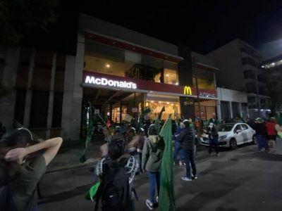 Mc Donald's prometió romper el chanchito y pagar lo que le debe a sus trabajadores