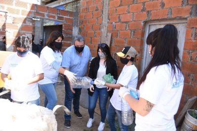 Gustavo Aguilera visitó dos comedores en Campana