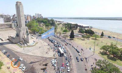 La caravana peronista llegó al Monumento a la Bandera para celebrar el Día de la Lealtad