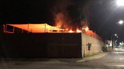 Iquique: Atentado incendió bodegas de embotelladora Coca-Cola