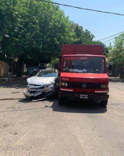 Transporte de bebidas chocó contra un automóvil y no hubo heridos