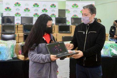 Fernando Gray entregó netbooks a estudiantes de Monte Grande