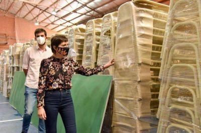 Mayra Mendoza supervisó el mobiliario que se distribuirá en las escuelas
