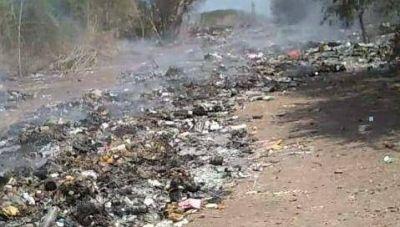 Sacan la basura del costado de la ruta y la tiran cerca de un poblado