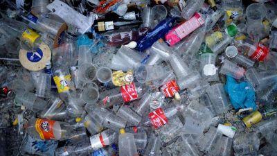 Desarrollan un eficiente método de reciclaje que convierte el plástico en una valiosa materia prima