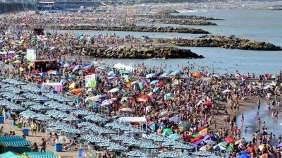 El Gobierno le abrirá las fronteras a los turistas de países limítrofes en la próxima temporada de verano