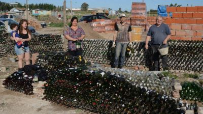 El comedor solidario que se construye en Bahía con botellas de vidrio