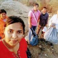 Un grupo de mujeres recolecta basura de la costa correntina para su reciclaje