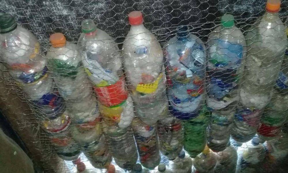 Una joven pareja construye una casa con botellas de plástico en el barrio Santa Isabel