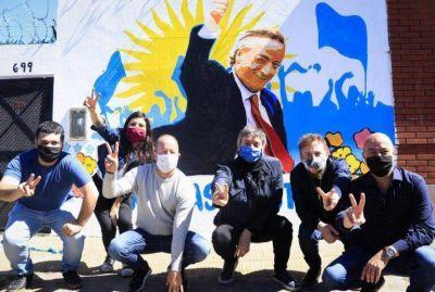 En el décimo aniversario de la muerte de Néstor Kirchner, Insaurralde y Máximo recorrieron en Lomas una galería de arte a cielo abierto con murales temáticos