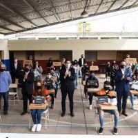 Menéndez y Trotta entregar netbooks en Merlo