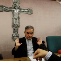 El Vaticano abre investigación contra Becciu y podría ser acusado del delito de