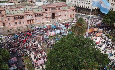 Miles en Plaza de Mayo en reclamo de tierra y contra la represión en Guernica