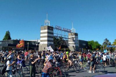 Parque sí, torres no: bicicleteada y caravana contra la venta de los terrenos de Costa Salguero