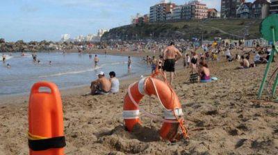 """Guardavidas: """"La gente deja las ojotas, apoya el bolso y se saca el barbijo"""""""