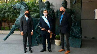 Zamora inauguró una escultura en homenaje a la Autonomía Provincial