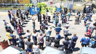 UOCRA protestó ahora frente a las oficinas de gerencia de Refinería