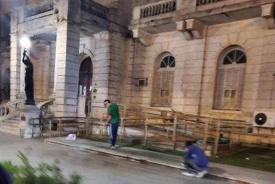 Limpiaron el frente de la Municipalidad tras las pintadas