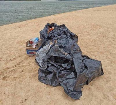 Limpió la basura del Paraná que dejaron tras una fiesta