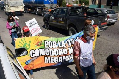 Docentes y personal de salud exigieron soluciones al conflicto salarial y expresaron su rechazo a la minería
