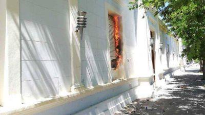 Chubut: incendiaron el despacho del gobernador Arcioni durante una protesta