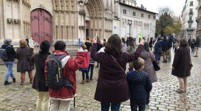 Los católicos franceses salen a la calle para protestar contra el cierre de los templos