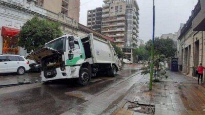 En pleno microcentro se hundió en el pavimento un camión recolector de basura