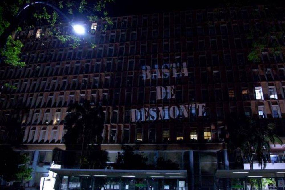 Aparecieron proyecciones contra Capitanich y los desmontes en Casa de Gobierno