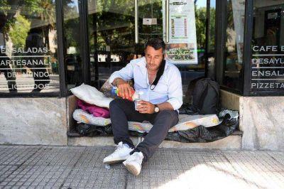 """Fue guardaespaldas de Saúl Ubaldini, perdió todo y camina 90 cuadras por día buscando trabajo: """"Si te dejás estar, la calle te chupa"""