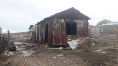Un galpón destruido por el fuego ante una quema de basura que se salió de control