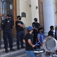 Otra vez daños en la Municipalidad de Trelew en medio de una manifestación