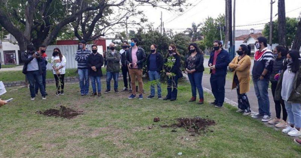 Plantan árboles en el Parque Finky para homenajear a militantes desaparecidos