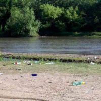 La fuerte afluencia de gente llenó de residuos y basura la costanera