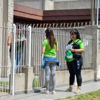 Descacharrización contra el dengue en el barrio Santa Rosa