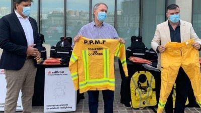 Schiaretti entregó a bomberos insumos para los incendios forestales
