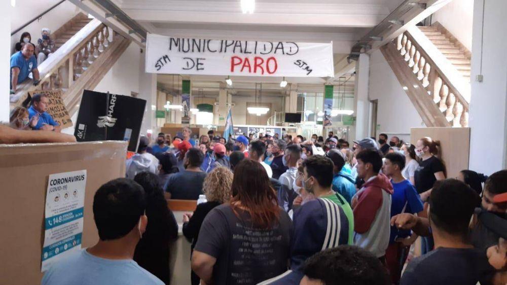 Protesta de los trabajadores en el hall del Municipio