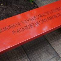 Banco rojo en la puerta del HCD