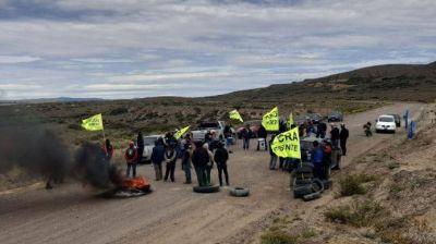 Trabajadores de la UOCRA salieron a la ruta de Río Negro para pedir que se reactiven obras de pavimentación