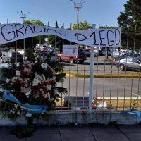 """La entrada del ex estadio San Martín, un """"santuario"""" para despedir a Maradona"""