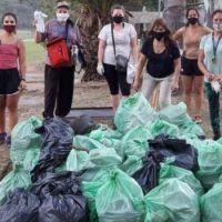 Tres camiones repletos con la basura que sacaron del lago San Roque