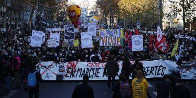 Una bandera de Maradona, al frente de las protestas contra la policía en París
